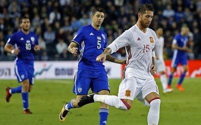 Le défenseur espagnol Sergio Ramos, à droite, contrôle le ballon aux côtés du milieu de terrain israélien Marwan Kabha durant le match de football qualificatif du groupe G entre Israël et l'Espagne disputé au stade Teddy de Jérusalem le 9 octobre 2017 (Crédit : AFP PHOTO / JACK GUEZ)