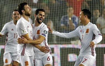 Asier Illarramendi, à gauche, milieu de terrain espagnol, célèbre son but marqué contre Israël avec l'avant Aritz Aduriz et Jose Callejon au stade Teddy de Jérusalem, le 9 octobre 2017. (Crédit : Thomas Coex/AFP)