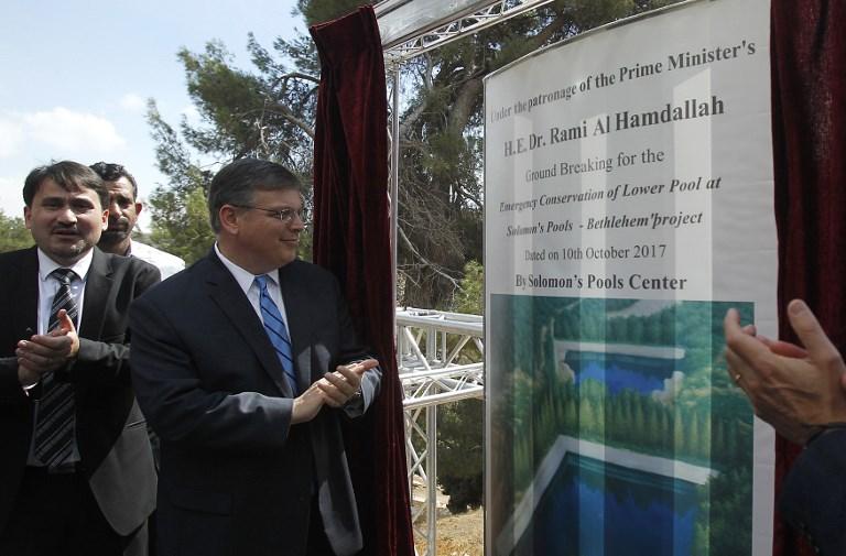 Le 10 octobre 2017, Donald Blome (g), consul général des Etats-Unis à Jérusalem, lors du lancement d'un projet de conservation pour préserver les piscines de Solomon lors de sa visite sur le site de Bethléem, en Cisjordanie. (Crédit : AFP / Musa AL SHAER)