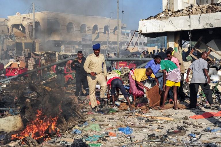 Scène d'un attentat au camion piégé à Mogadiscio, la capitale somalienne, le 14 octobre 2017. (Crédit : Mohamed Abdiwahab/AFP)