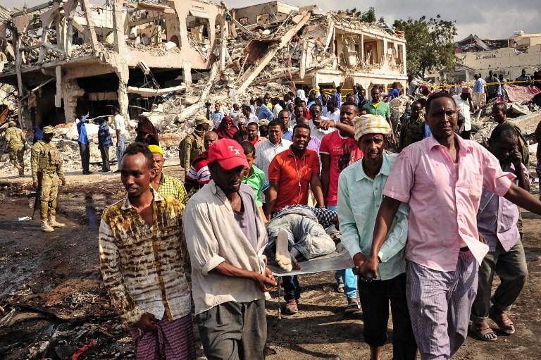 Scène d'un attentat du 14 octobre 2017 au camion piégé à Mogadiscio, la capitale somalienne, le 15 octobre 2017. (Crédit : Mohamed Abdiwahab/AFP)