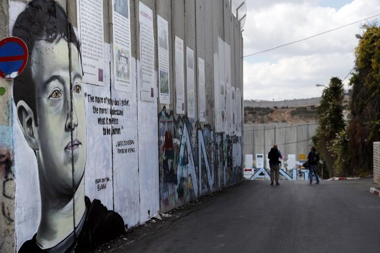 Un nouveau graffiti sur la barrière de sécurité israélienne, représentant le président de Facebook Mark Zuckerberg, à Bethléem, en Cisjordanie, le 15 octobre 2017. (Crédit : Thomas Coex/AFP)
