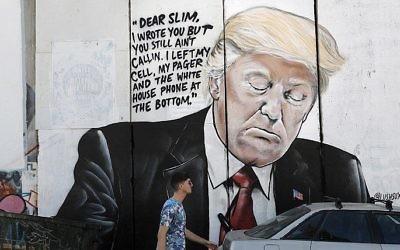 Un nouveau graffiti sur la barrière de sécurité israélienne, représentant le président américain Donald Trump, à Bethléem, en Cisjordanie, le 15 octobre 2017. (Crédit : Thomas Coex/AFP)