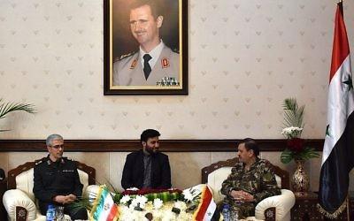 Le chef des forces armées iraniennes, le général de division Mohammad Bagheri, à gauche, avec le général Fahd al-Freij, à droite, ministre syrien de la Défense, au ministère de la Défense de Damas, le 18 octobre 2017. (Crédit : STRINGER/AFP)
