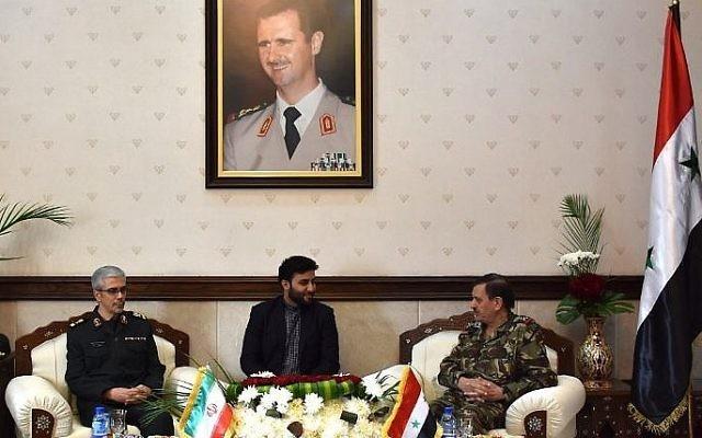 Le chef des forces armées iraniennes, le général de division Mohammad Bagheri, (à gauche), avec le général Fahd al-Freij, (à droite), ministre syrien de la Défense, au ministère de la Défense de Damas, le 18 octobre 2017. (Crédit : STRINGER/AFP)