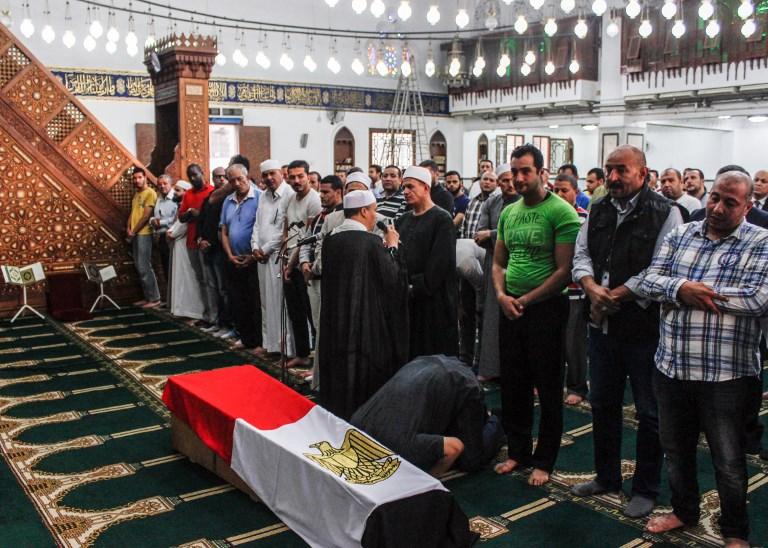 Funérailles du capitaine Ahmed Fayez de la police égyptienne, dans une mosquée du Caire, le 21 octobre 2017. (Crédit : Fayed El-Geziry/AFP)