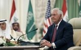 Le secrétaire d'Etat américain Rex Tillerson pendant une réunion du Conseil de coordination bilatérale irako-saoudien, à Ryad, le 22 octobre 2017. (Crédit : Alex Brandon/AFP)