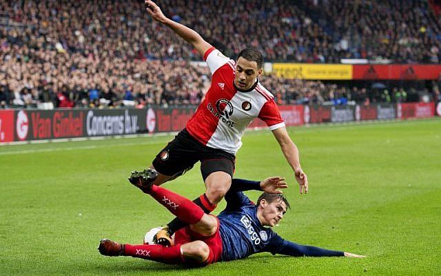 Sofyan Amrabat (G) du Feyenoord Rotterdam à la lutte pour le ballon avec Max Wober (à terre) de l'Ajax Amsterdam lors d'un match de championnat à Rotterdam, le 22 octobre 2017 (Crédit : AFP PHOTO / ANP / Olaf KRAAK )