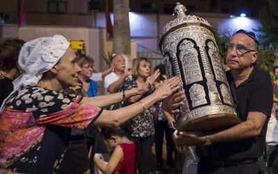Des Juifs marocains et des touristes juifs israéliens pendant la fête de Simchat Torah à la synagogue de Marrakech, le 12 octobre 2017. (Crédit : Fadel Senna/AFP)