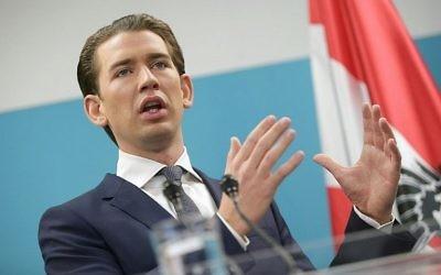 Sebastian Kurz, nouveau dirigeant élu de l'Autriche et président du Parti populaire autrichien, l'ÖVP, en conférence de presse à Vienne, le 24 octobre 2017. (Crédit : Georg Hochmuth/Austria OUT/APA/AFP)