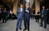 Michael Bloomberg, à droite, accompagné du maire de Londres, Sadiq Khan, devant le nouveau siège en Europe de Bloomberg, à la City de Londres, le 24 octobre 2017. (Crédit : Daniel Leal-Olivas/AFP)