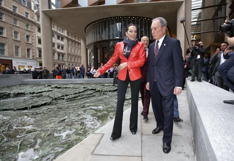 Michael Bloomberg, à droite, accompagné de l'artiste espagnole Cristina Iglesias, devant le nouveau siège en Europe de Bloomberg, à la City de Londres, le 24 octobre 2017. (Crédit : Daniel Leal-Olivas/AFP)
