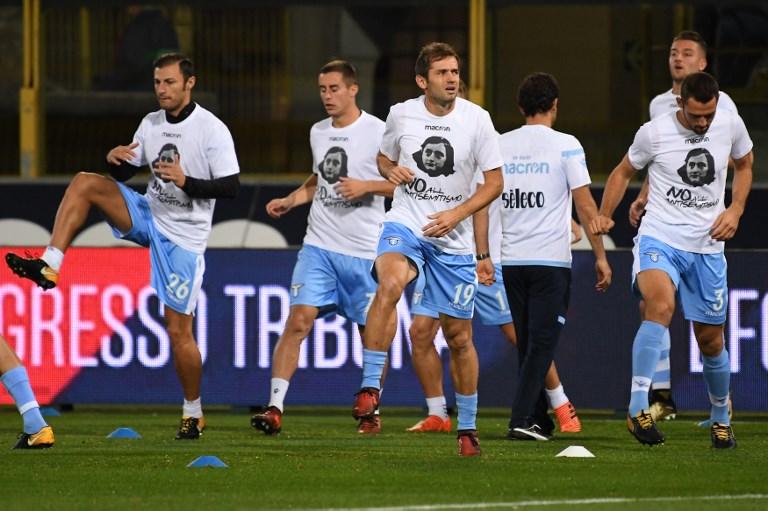 Des joueurs de la Lazio de Rome avec leurs T-shirts à l'effigie d'Anne Frank, contre l'antisémitisme, à l'entraînement avant leur match contre Bologne, le 25 octobre 2017. (Crédit : Gianni Schicchi/AFP)