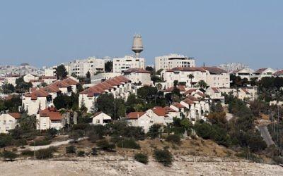 Une photo prise depuis l'implantation israélienne de Kedar montre l'implantation israélienne de Maale Adumim en Cisjordanie, le 26 octobre 2017. (Crédit : Thomas Coex/AFP)
