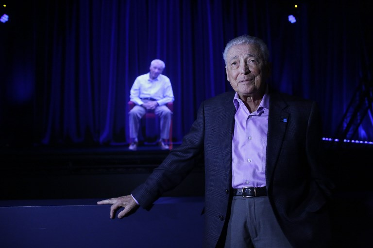 Aaron Elster, survivant de la Shoah, devant son propre hologramme ,  à l'Illinois Holocaust Museum & Education Center, le 26 octobre 2017, à Skokie, dans l'Illinois. (Crédit : Joshua Lott/AFP)