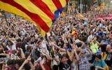Les gens se réunissent pour fêter la proclamation de la république catalane sur la place  Sant Jaume de Barcelone le 27 octobre 2017 (Crédit :AFP PHOTO / PAU BARRENA)