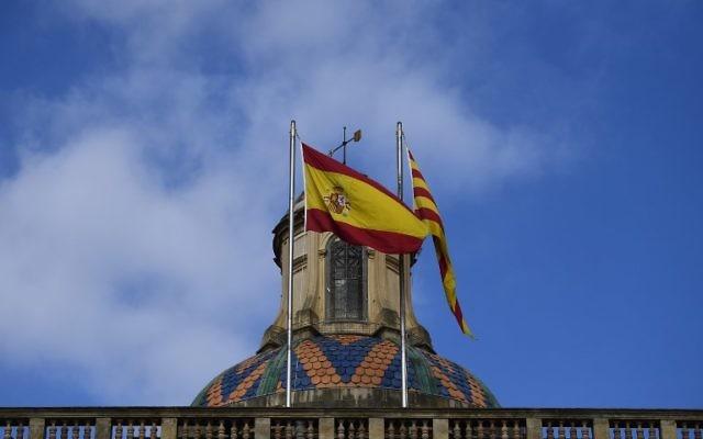 Les drapeaux espagnol, à gauche, et catalan à Barcelone, le 28 octobre 2017. (Crédit : Pierre-Philippe Marcou/AFP)