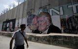 Baiser entre le Premier ministre Benjamin Netanyahu et le président américain Donald Trump sur la barrière de sécurité de Cisjordanie, à Bethléem, le 29 octobre 2017. (Crédit : Musa al Shaer/AFP)