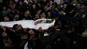 Le corps de Marwan Alagha, Palestinien de 22 ans, transporté à l'hôpital Naser de Khan Younes dans le sud de la bande de Gaza, après sa mort des suites de la destruction par Israël sur son propre territoire d'un tunnel terroriste du Jihad islamique, le 30 octobre 2017. (Crédit : Saïd Khatib/AFP)