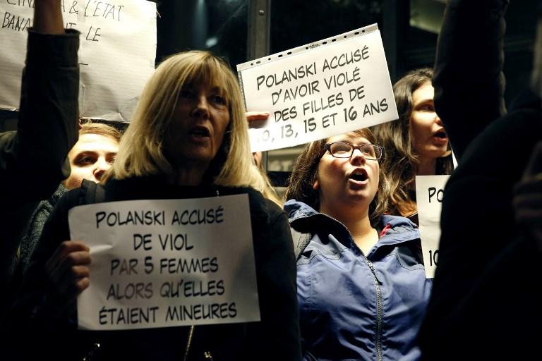 Manifestation contre la rétrospective Roman Polanski, accusé d'agressions sexuelles, devant la Cinémathèque française à Paris, le 30 octobre 2017. (Crédit : Geoffroy van der Hasselt/AFP)