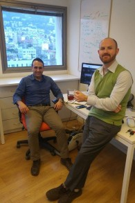 Le Dr Shady Hassan, à gauche, et Daniel Aronovich de Healthymize dans leurs bureaux de Haïfa, en 2017. (Crédit : autorisation)