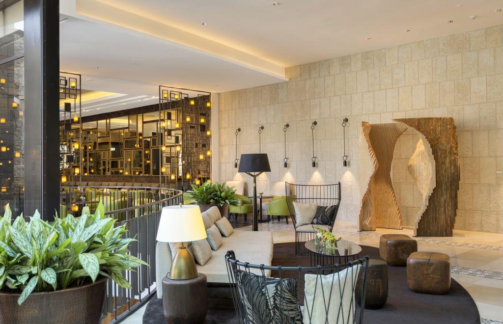 Le lobby du nouvel hôtel d'Isrotel, l'Orient, à Jérusalem. (Crédit : Ori Akerman)