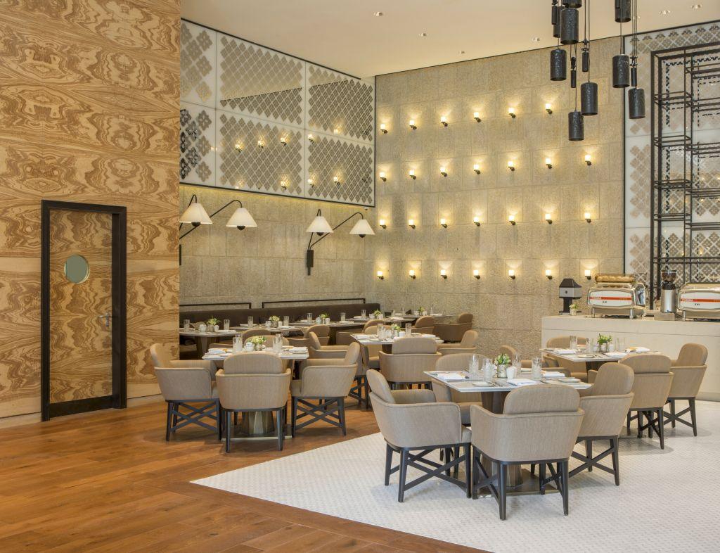 La salle à manger du nouvel hôtel d'Isrotel, l'Orient, à Jérusalem. (Crédit : Ori Akerman)