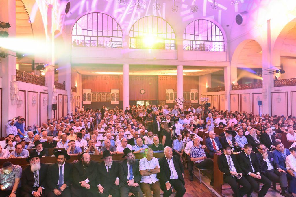 Des centaines d'invités pour la consécration d'un rouleau de Torah à la Grande synagogue de Tel Aviv au mois d'août 2015 (Crédit : Israel Bardugo)