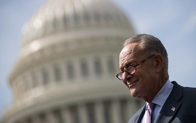 Le leader de la minorité au Sénat  Chuck Schumer (démocrate de New York) en amont d'une conférence ce presse à Washington, le 26 septembre 2017. (Crédit : Drew Angerer/Getty Images/AFP)
