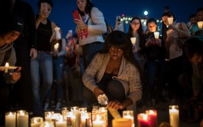 Veillée en hommage aux victimes de la fusillade de Las Vegas, le 2 octobre 2017. (Crédit : Drew Angerer/Getty Images/AFP)
