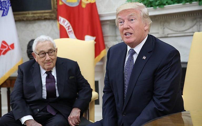 Le président américain Donald Trump, droite, rencontre l'ancien secrétaire d'Etat américain Henry Kissinger, à gauche, dans le Bureau ovale de la maison blanche le 10 octobre 2017 (Crédit : Win McNamee/Getty Images/AFP)