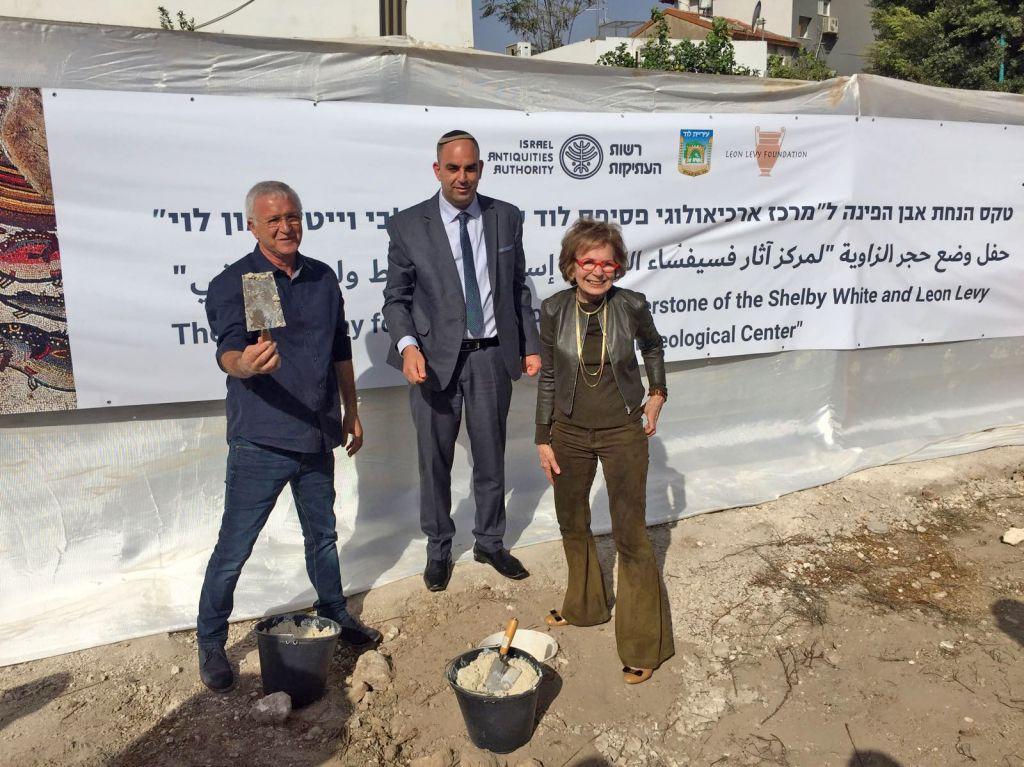 Le maire de la ville de Lod, Yair Ravivo, le directeur de l'Autorité israélienne des antiquités, Israel Hasson, et Mme Shelby White, donatrice, lors de la cérémonie du 19 octobre 2017, à Lod (Crédit : Autorisation)