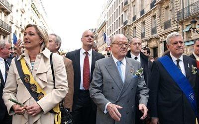 Marine Le Pen, Jean-Marie Le Pen et Bruno Gollnisch (à droite), au défilé du Front national en l'honneur de Jeanne d'Arc, le 1er mai 2010, à Paris (Crédit : Marie-Lan Nguyen/