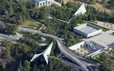 Vue aérienne du musée mémorial de la Shoah de Yad Vashem, conçu par Moshe Safdie, à Jérusalem. Illustration. (Crédit : Andrew Shiva/CC BY-SA 4.0/WikiCommons)