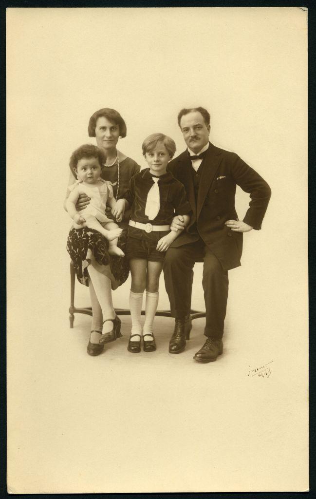 Stanislas, Anna, Claude et René Goscinny à Paris, 12 février 1927 (Crédit : photo Simonet/Anne Goscinny. Prêt de l'institut René Goscinny via le Musée d'art et d'histoire du judaïsme)