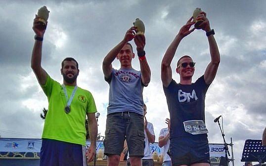 Lukatch Wilk de Pologne (au centre) remporte le troisième Marathon masculin biblique annuel, le 6 octobre 2017 (Crédit : Conseil régional de Benjamin)