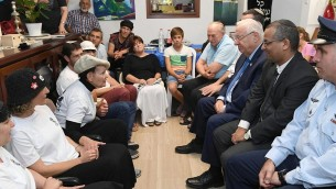 Le président Reuven Rivlin, 3e à droite, en visite chez la famille de Reuven Schmerling, assassiné dans une attaque terroriste, le 15 octobre 2017. (Crédit : Mark Neyman/GPO)