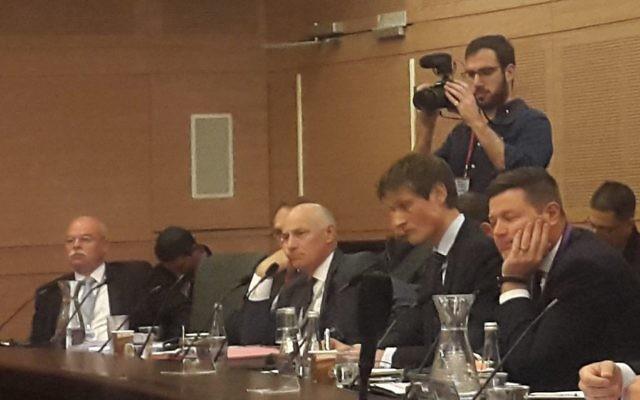 De gauche à droite, l'ambassadeur allemand en Israël Clemens von Goetze, l'ambassadeur autrichien en Israël Martin Weiss  et le vice-ambassadeur britannique en Israël Tony Kay, lors d'une réunion à la Knesset, le 30 octobre 2017 (Crédit : Times of Israel)
