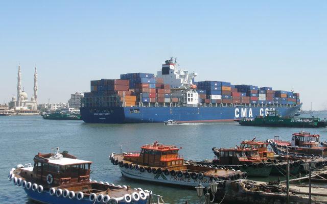 Un navire dans le canal de Suez. Illustration. (Crédit : Argenberg/CC BY/Flickr)