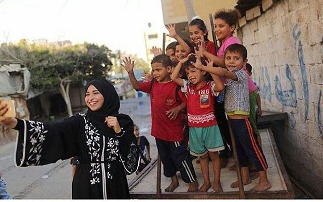 Fatma Mosabah veut montrer un autre aspect de la vie à Gaza (Crédit : capture d'écran : Instagram)