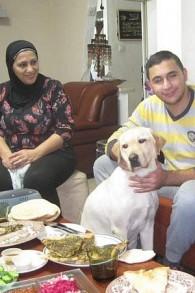 Saleem Sharif et sa mère à la maison avec leur chien-guide Winston (Crédit : Autorisation)