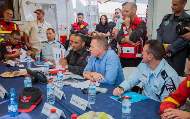 Gilad Erdan, ministre de la Sécurité intérieure, pendant une réunion d'un exercice international sur les catastrophes naturelles, dans le centre d'Israël, le 24 octobre 2017. (Crédit : pompiers d'Israël)