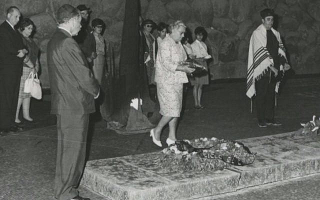 Truus Wijsmuller honorée à Yad Vashem à Jérusalem, le 13 avril 1967 (Crédit : Yad Vashem)