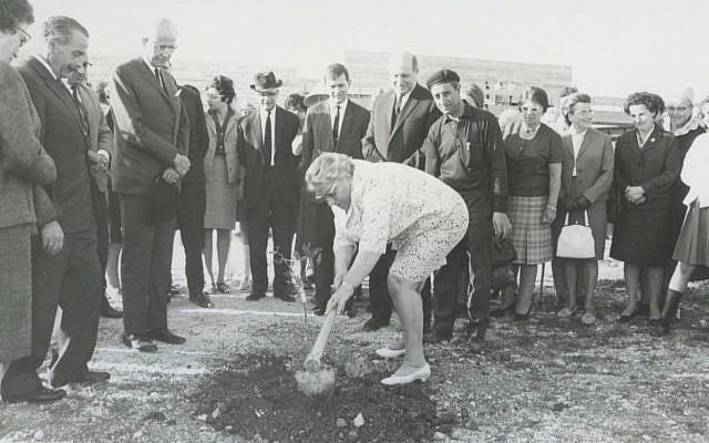 Truus Wijsmuller plante un arbre à Jérusalem le jour où elle est honorée par Yad Vashem, le 13 avril 1967 (Crédit : Yad Vashem)