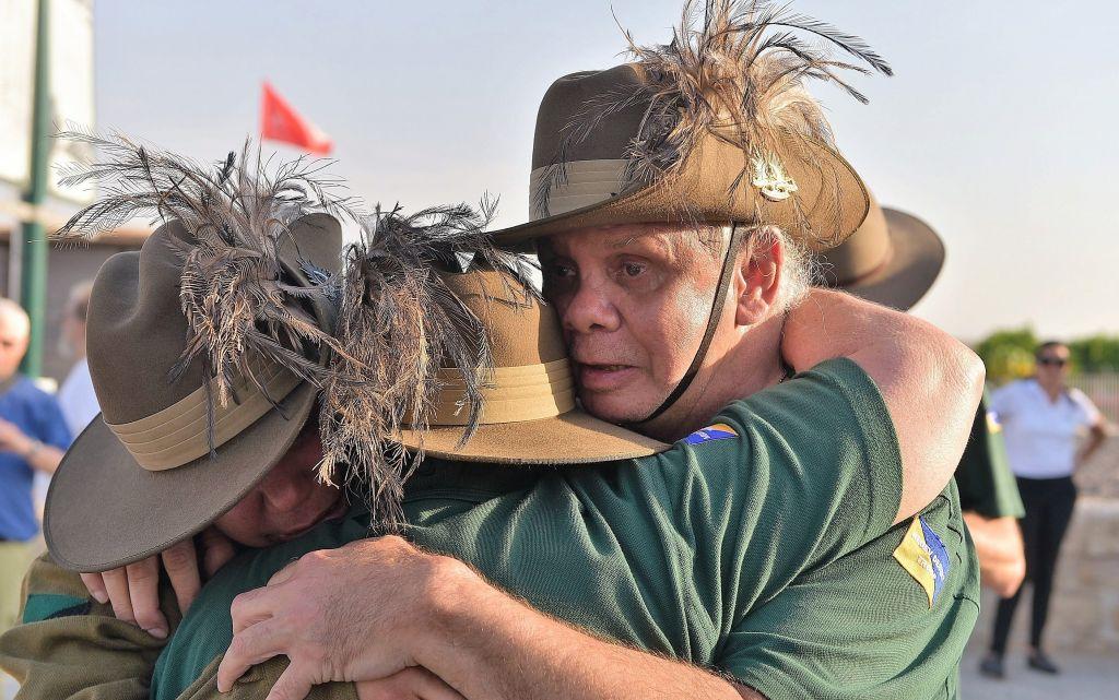 Des descendants des soldats de l'ANZAC s'embrassent après avoir planté un arbre en mémoire de leur ancêtres aux abords de la gare de Tzemach dans le nord d'Israël, le 23 octobre 2017 (Crédit : Michael Huri/KKL-JNF Photo Archive)