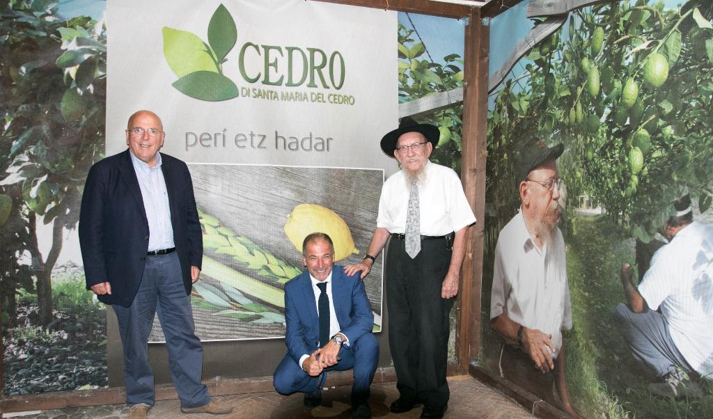 De gauche à droite, Mario Oliverio, gouverneur de la région de Calabre, Angelo Adduci, président du Consorzio del Cedro di Calabria et le rabbin Moshe Lazar (Crédit: Photographe Pino Lo Tufo/Autorisation d'Angelo Adduci)