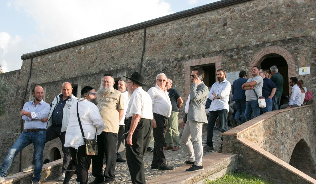 Les rabbins et les habitants locaux l'événement pour Souccot au Museo del Cedro (Musée Citron) à Santa Maria del Cedro. (Crédit : Photographe Pino Lo Tufo/Autorisation de Angelo Adduci)