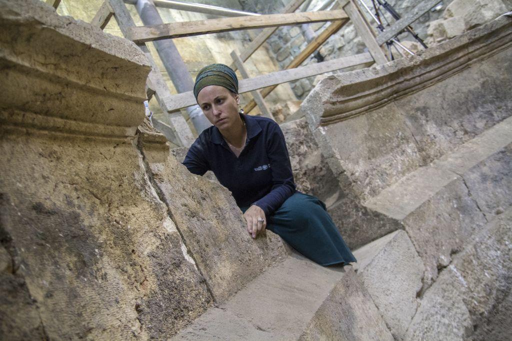 Tehila Lieberman, archéologue de l'Autorité des Antiquités, dans un théâtre romain antique adjacent au mur Occidental, dans la Vieille Ville de Jérusalem, en octobre 2017. (Crédit : Yaniv Berman/Autorité israélienne des Antiquités)