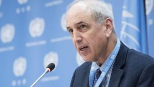 Michael Lynk, rapporteur spécial du Conseil des droits de l'Homme des Nations unies sur la situation en Cisjordanie et dans la bande de Gaza, en conférence de presse aux sièges de l'ONU à New York, le 26 octobre 2017. (Crédit : Kim Haughton/Nations unies)