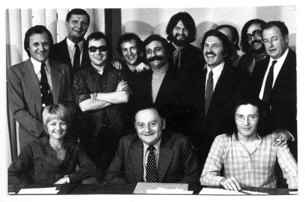 L'équipe de Pilote (dont René Goscinny, Claire Bretécher, Albert Uderzo, Cabu et Marcel Gotlieb) à la fin des années 1960. (Crédit : Anne Goscinny. Prêt de l'institut René Goscinny via le Musée d'art et d'histoire du judaïsme)